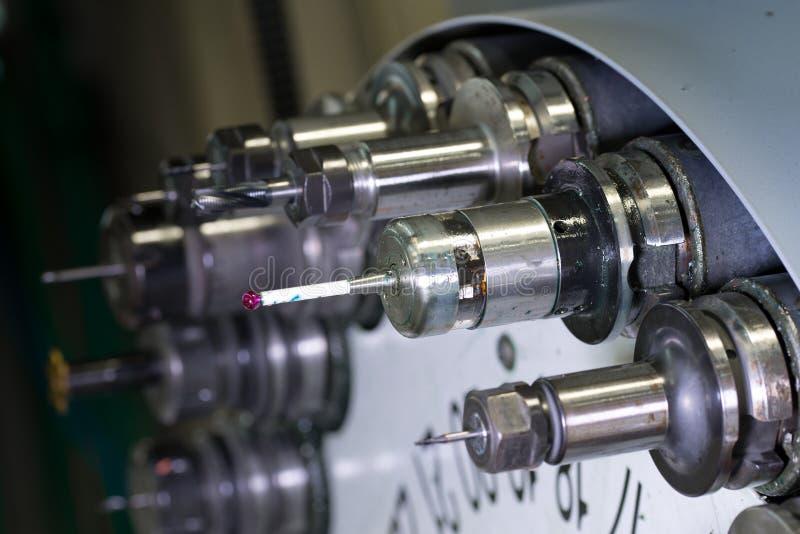 Roterend hoofd met hulpmiddelen bij CNC draaibank in workshop stock afbeeldingen