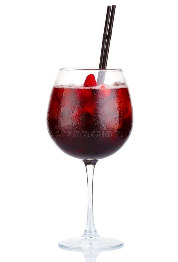 Rotes Alkoholcocktail mit Rotwein und den Himbeeren lokalisiert lizenzfreie stockfotos