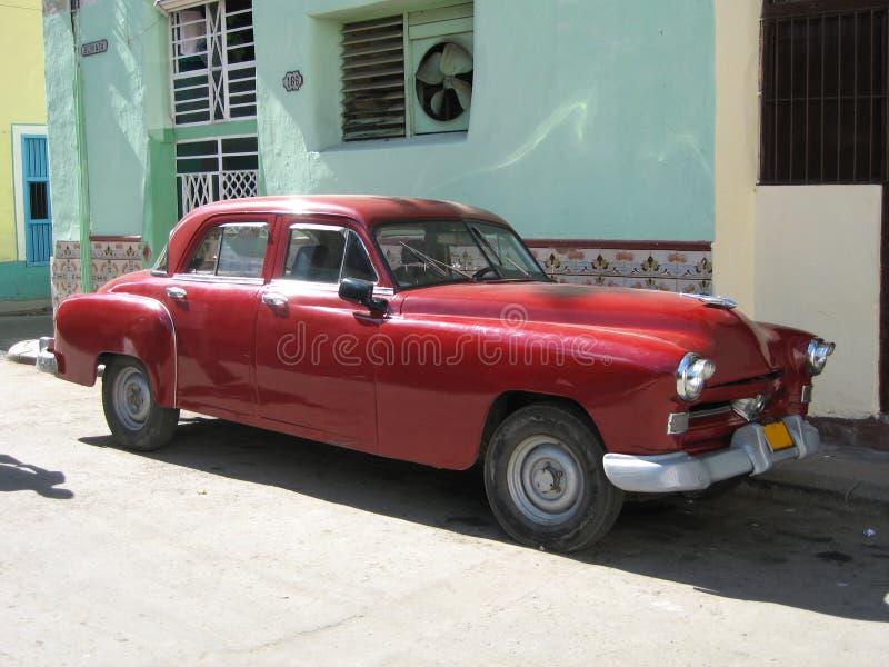 Rotes altes kubanisches Auto in Havana lizenzfreie stockbilder