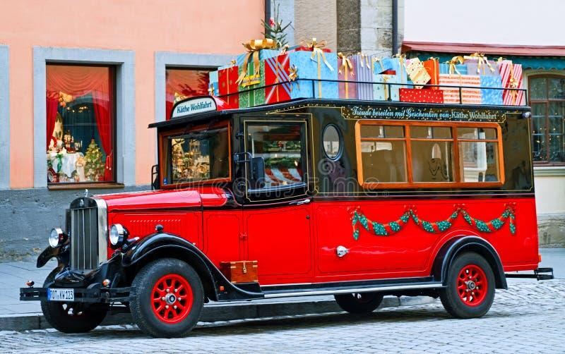 Rotes altmodisches Auto mit Weihnachtsgeschenken stockfotos
