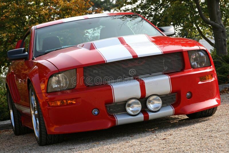 Rotes amerikanisches Muskelauto stockfotografie