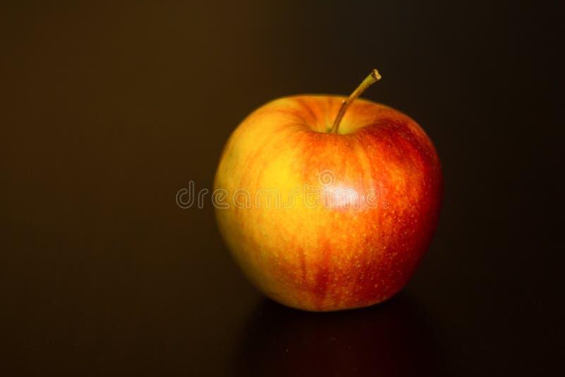 Rotes Apple auf schwarzem Hintergrund stockbilder