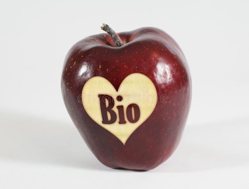Rotes Apple mit einem Herzen und die Aufschrift Bio lizenzfreie stockfotos