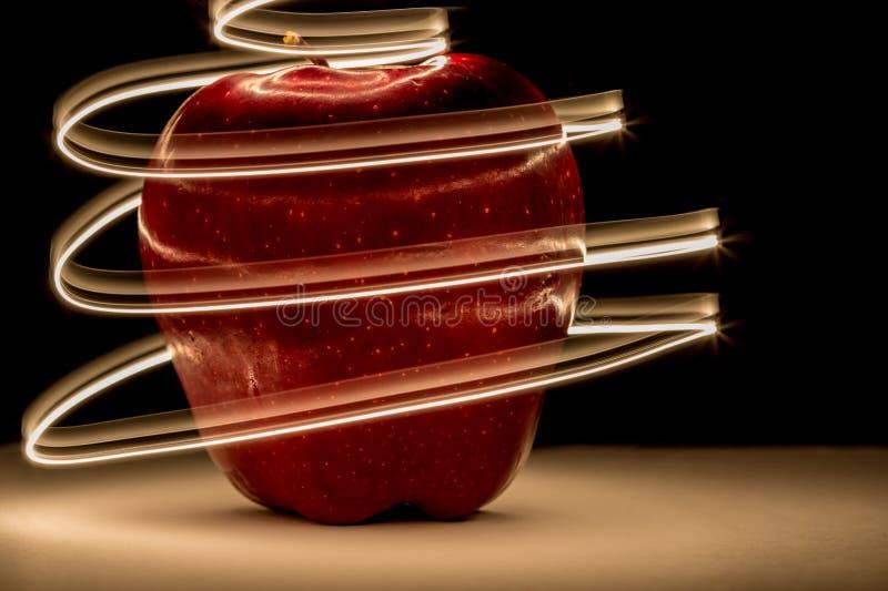 Rotes Apple mit Licht winden sich stockbild