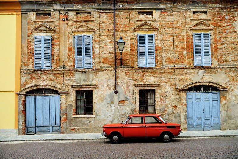 Rotes Auto auf italienischer Straße lizenzfreies stockbild