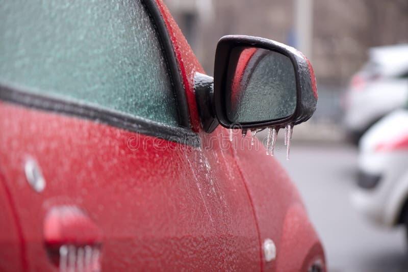 Rotes Auto bedeckt mit Eis