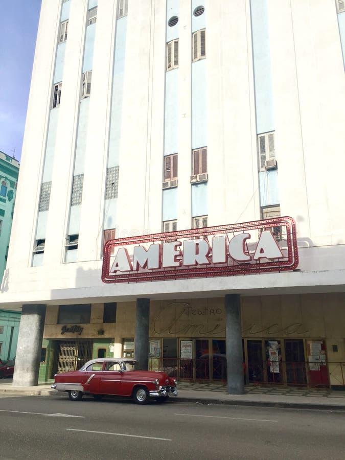 Rotes Auto der Weinlese an Amerika-Theater im habana Kuba lizenzfreie stockfotos