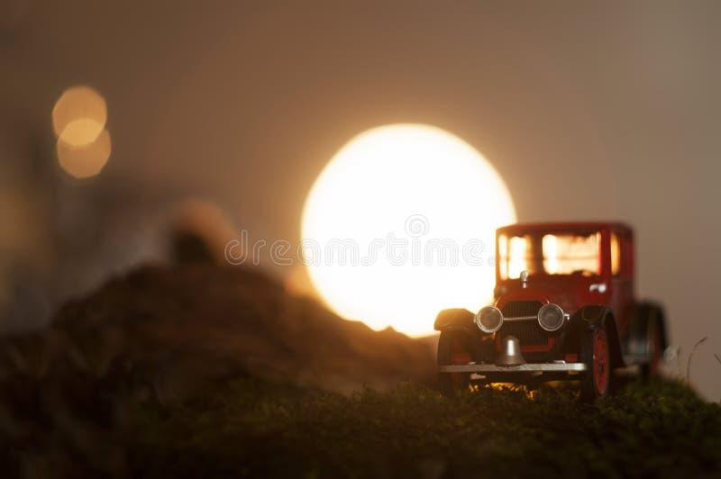Rotes Auto der Weinlese im Sonnenuntergang lizenzfreies stockbild