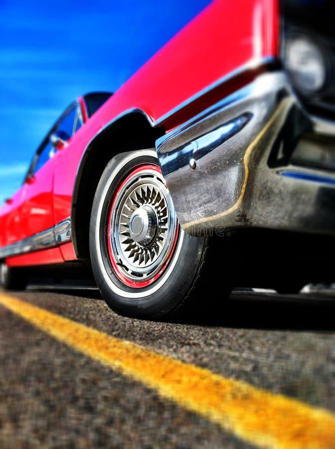 Rotes Auto-gelbe Zeile und blauer Himmel lizenzfreies stockfoto