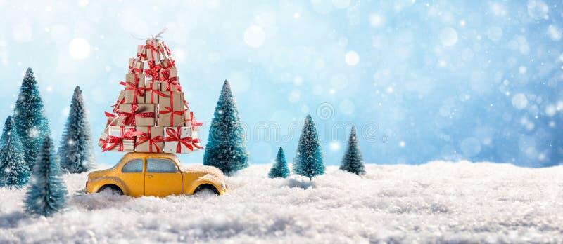Rotes Auto-tragende Weihnachtsgeschenke lizenzfreies stockfoto