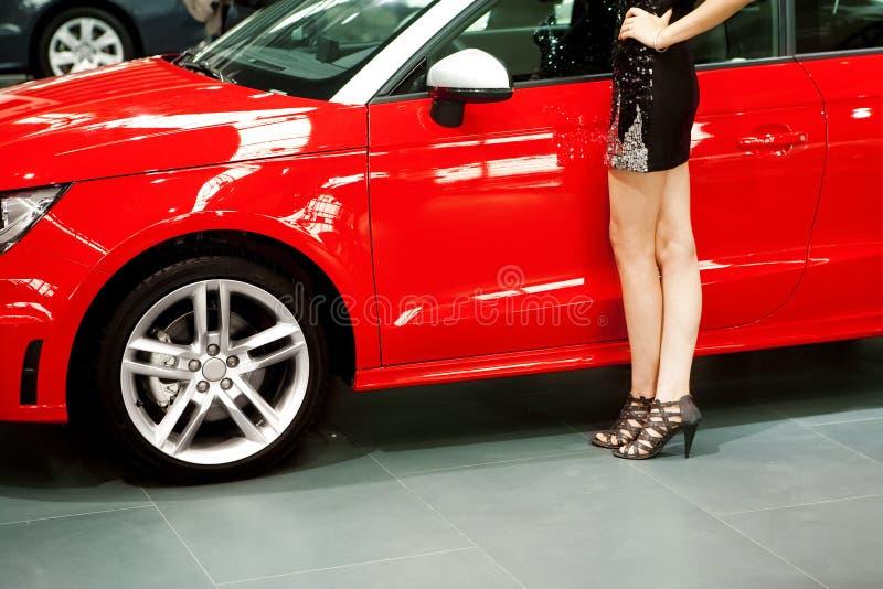 Rotes Auto und Mädchen stockfoto