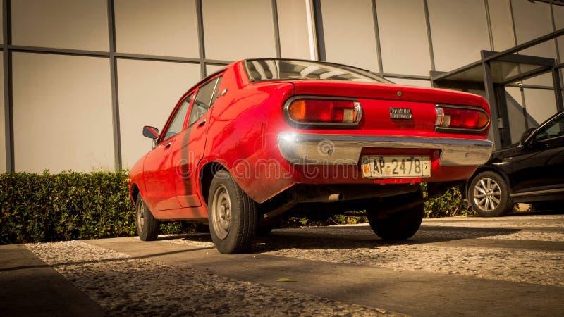 Rotes Auto vor modernem Gebäude stockfoto