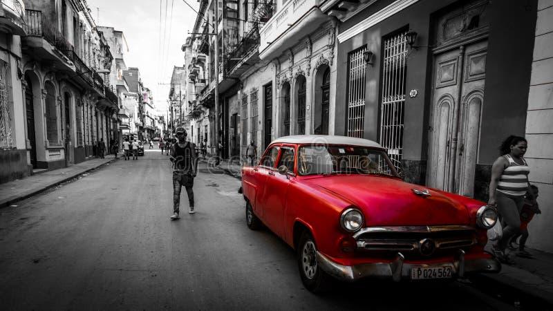 Rotes Automobil der Weinlese geparkt auf Straße stockbild