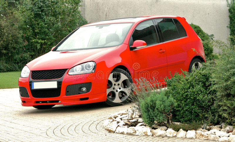 Rotes Autoparken stockfotografie