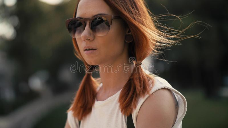 Rotes behaartes Frauenreitfahrrad im Stadtpark am sonnigen Tag stockbilder