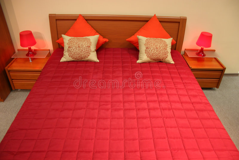 Rotes Bett lizenzfreie stockfotografie