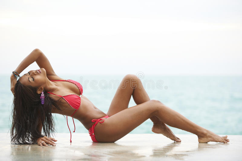 Rotes Bikini-Strand-Baumuster lizenzfreie stockbilder