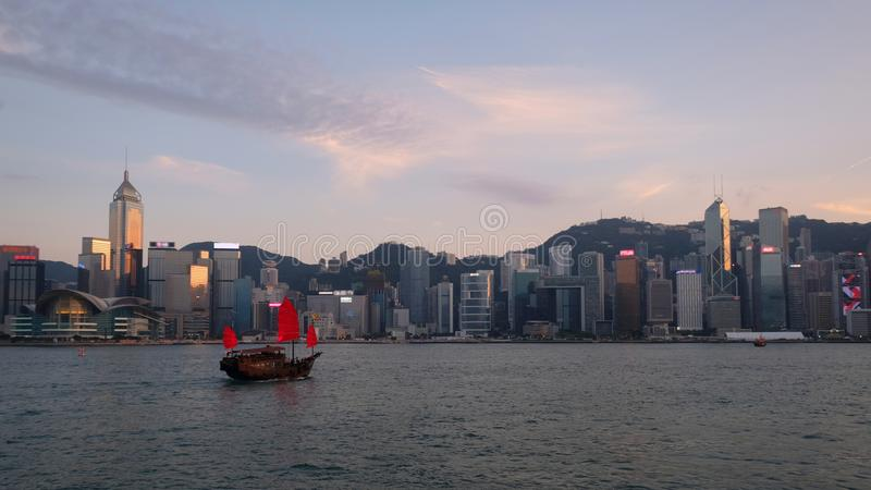 Rotes Boot bei Victoria Harbour, Hong Kong stockfoto