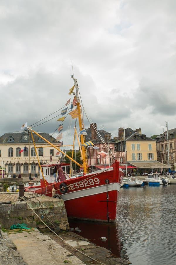 Rotes Boot in Honfleur-Hafen stockbild