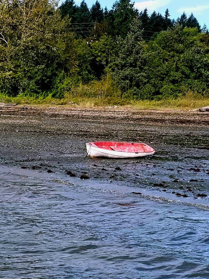 Rotes Boot an Land stockbilder