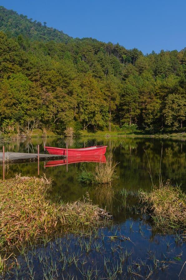 Rotes Boot und Reflexion stockfoto