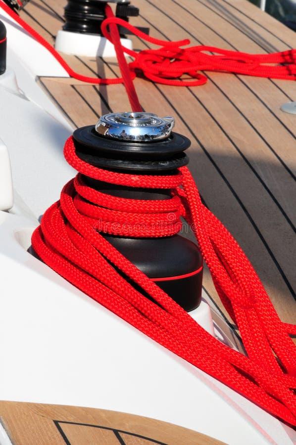 Rotes Bootsseil lizenzfreies stockfoto