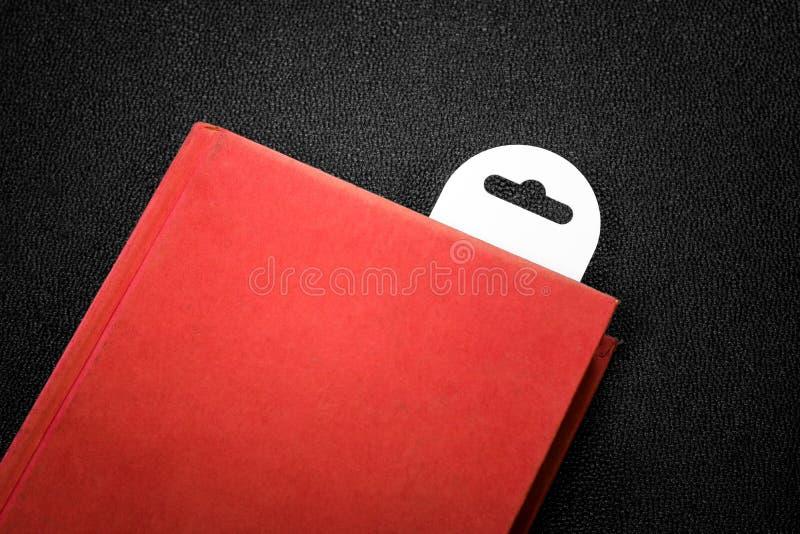 Rotes Buch der Weinlese mit einem Bookmark auf dunklem Hintergrund stockfoto