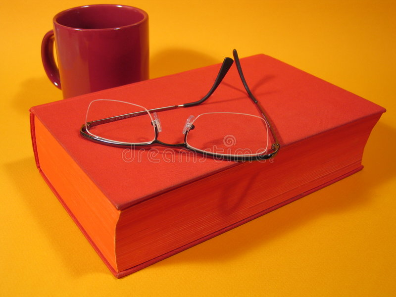 Rotes Buch Und Gläser III Lizenzfreie Stockfotos