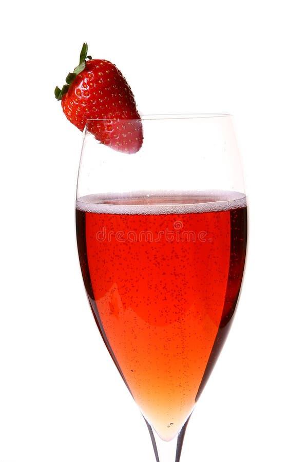 Rotes champagle Glas mit Erdbeere lizenzfreies stockbild