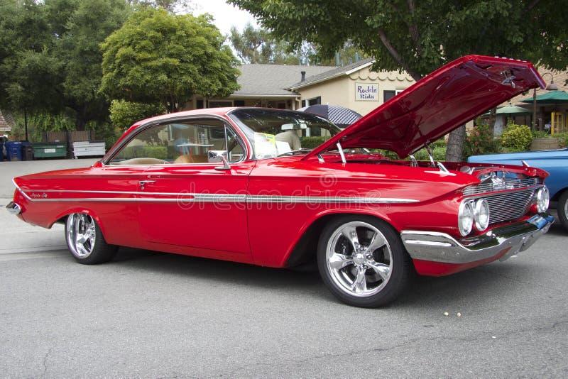 Rotes Chevrolet- Impalacoupé 1961 stockbilder