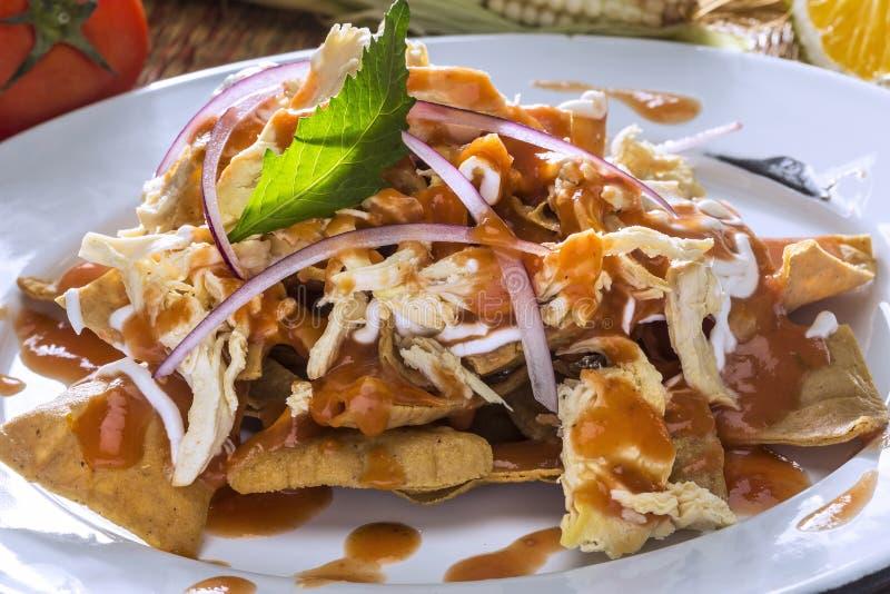 Rotes Chilaquiles mit Huhn lizenzfreie stockfotos