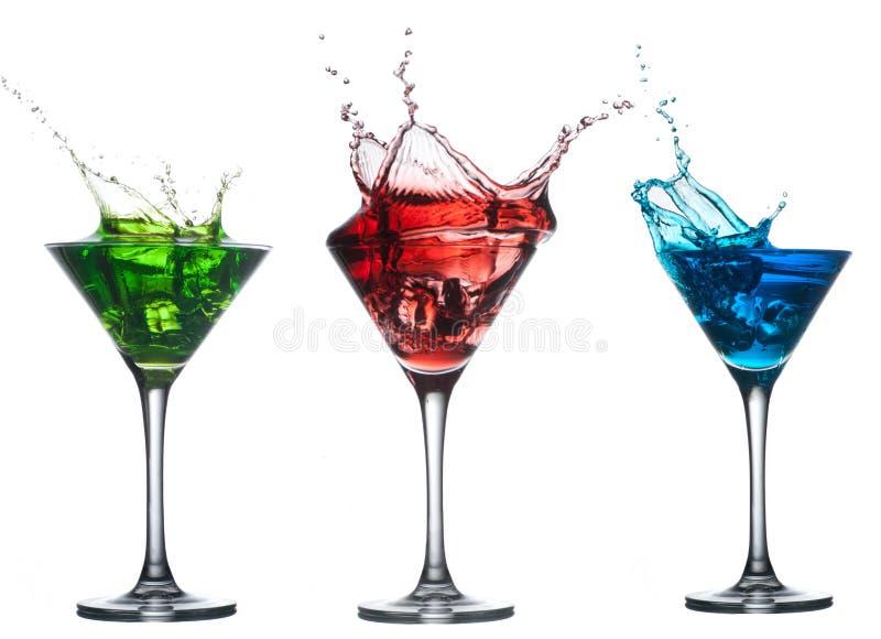 Rotes Cocktail, das in Glas auf Weiß spritzt lizenzfreies stockfoto