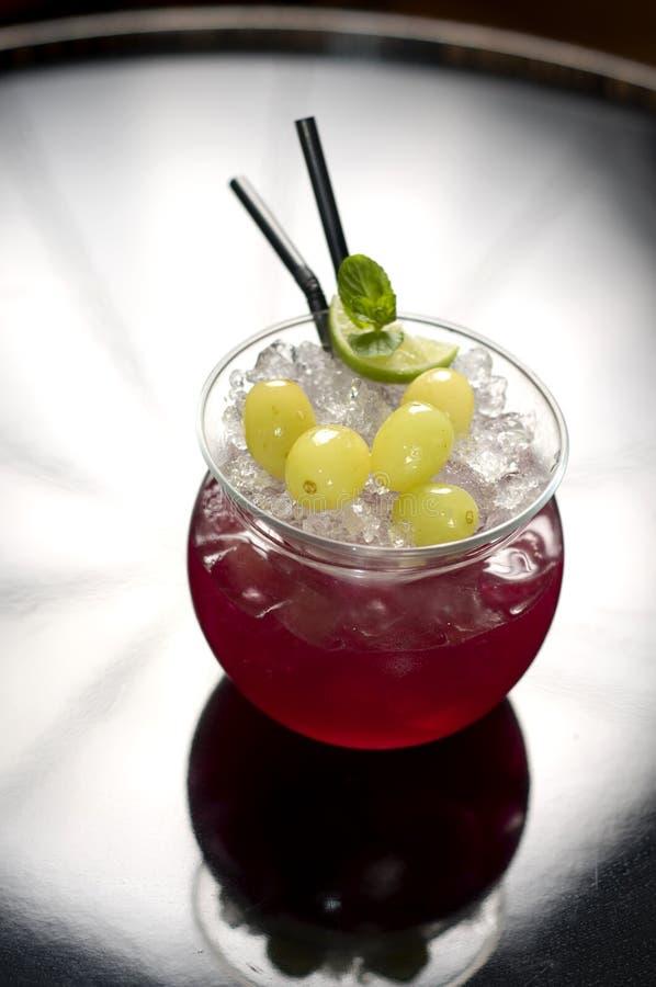 Rotes Cocktail mit Trauben stockfotografie