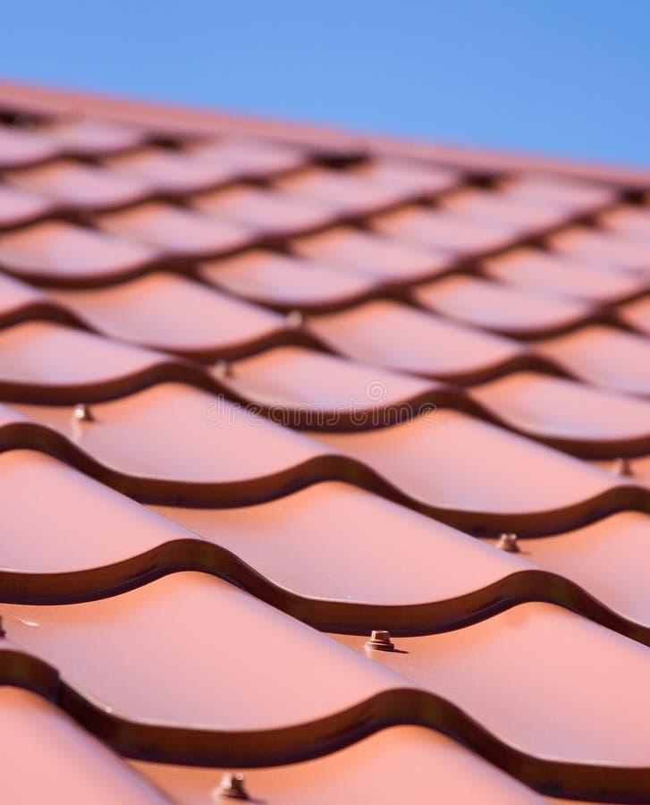 Download Rotes Dach Der Metalldeckung Auf Dem Himmelhintergrund Stockbild - Bild von architektur, kräuselung: 90229443