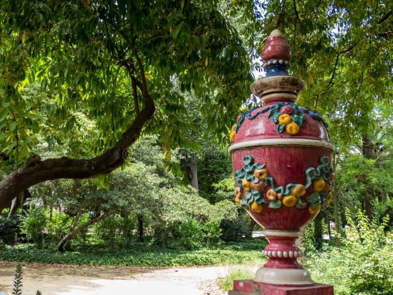Rotes dekoratives keramisches mediterranianvase im Park, Sevilla Andalusien, Spanien stockfoto