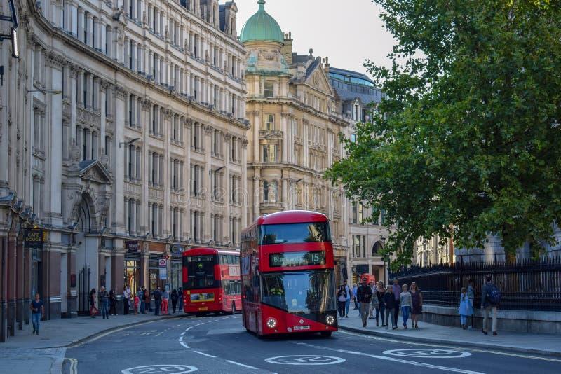 Rotes Doppeltes Decker Bus in London-Straße lizenzfreie stockfotografie