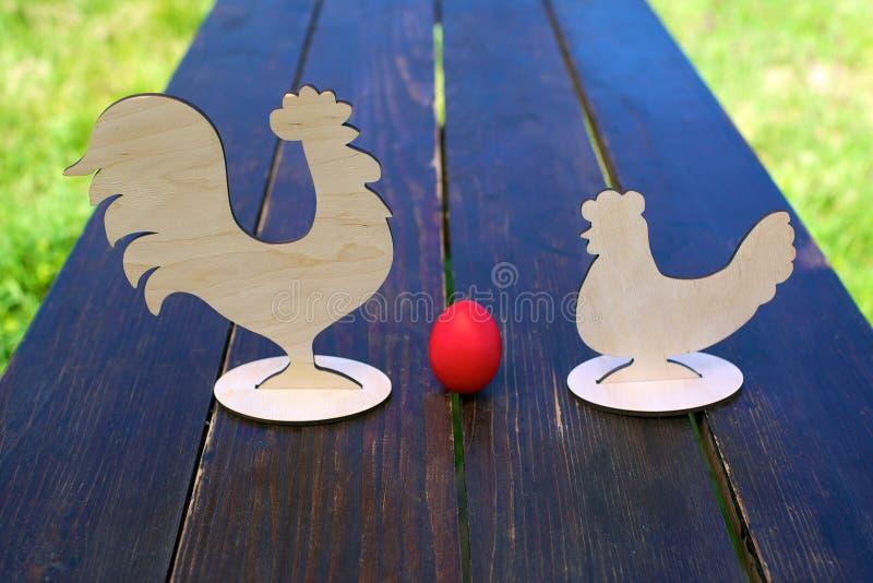 Rotes Ei, Huhn und Hahn stockbilder