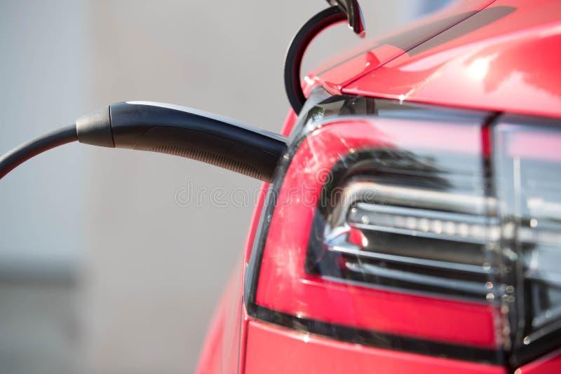 Rotes Elektro-Mobil schloss 1 an stockfotos
