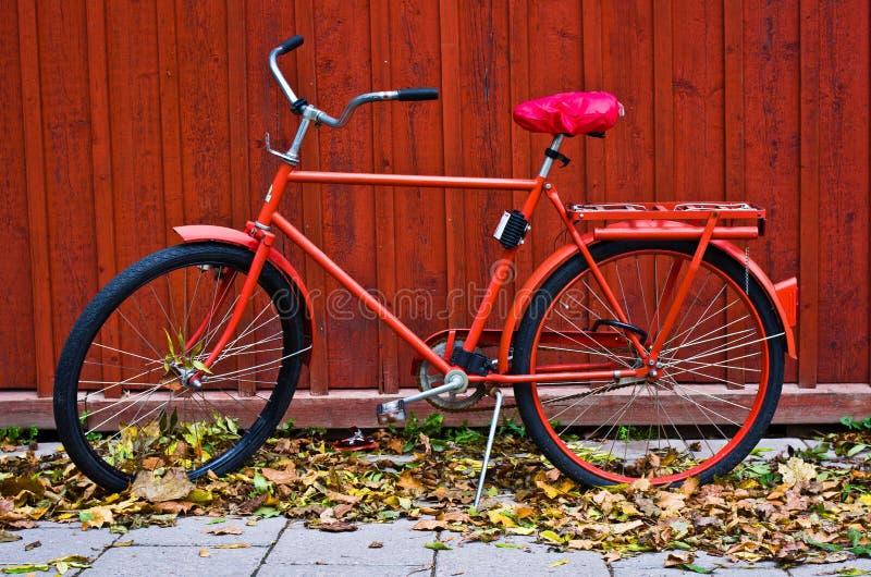 Rotes Fahrrad im Herbst lizenzfreies stockbild
