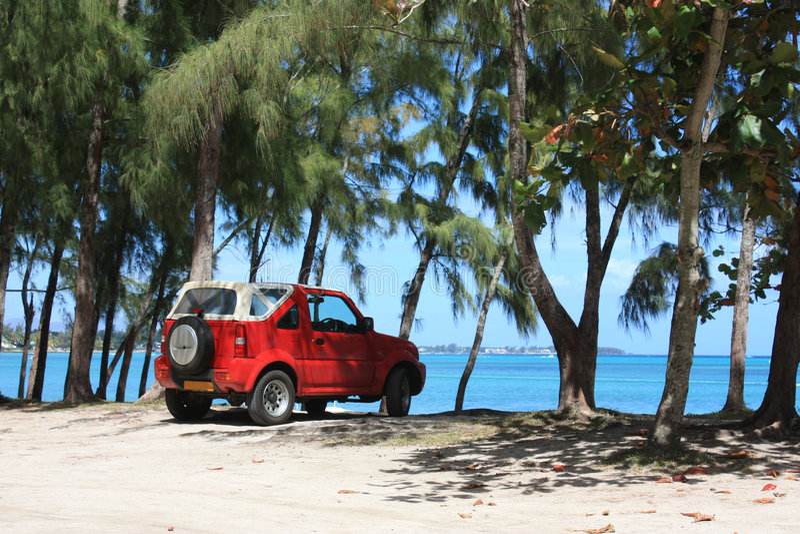 Rotes Fahrzeug auf dem Strand stockbilder