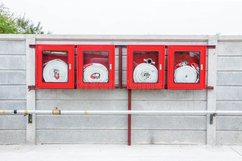 Rotes Feuerlöschschlauch-Kabinett stockfotos