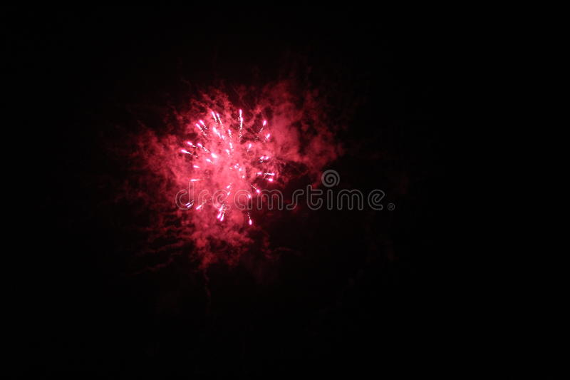 Rotes Feuerwerk lizenzfreies stockfoto
