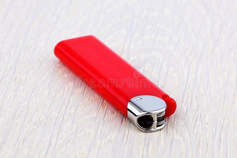 Rotes Feuerzeug lizenzfreie stockfotografie