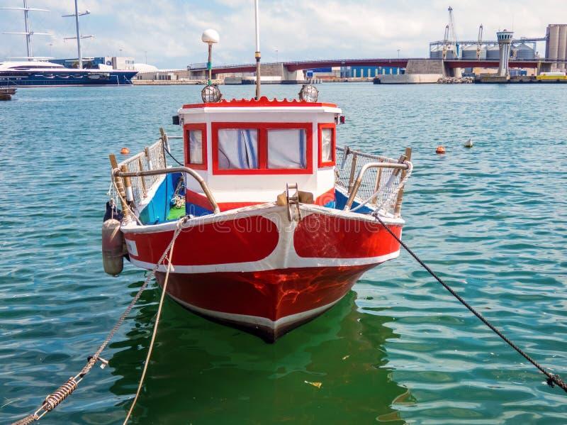 Rotes Fischerboot im Hafen von Tarragona, Spanien stockbilder