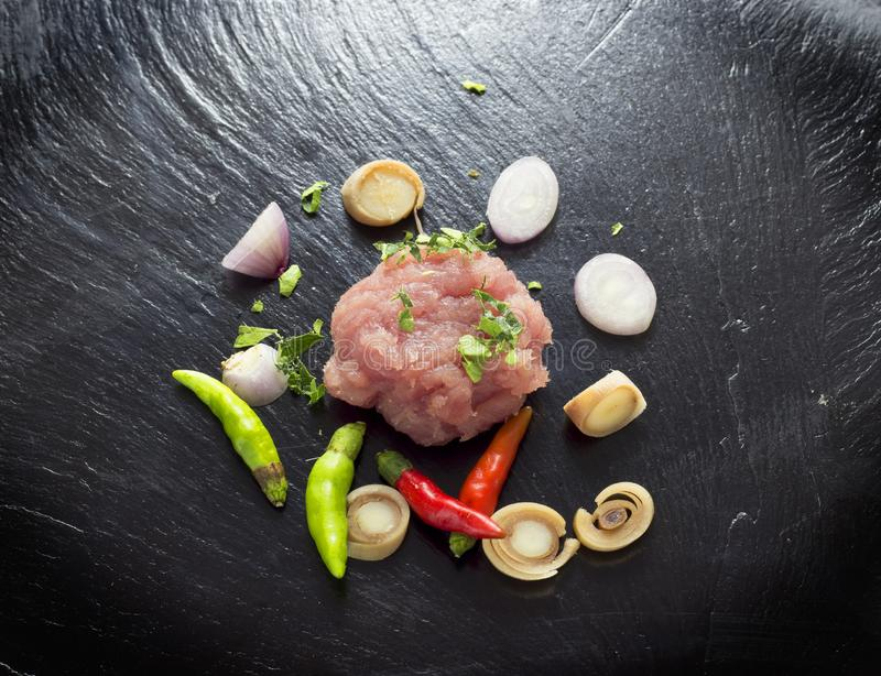 Rotes Fleisch auf einem schwarzen Steinbrett stockfotografie
