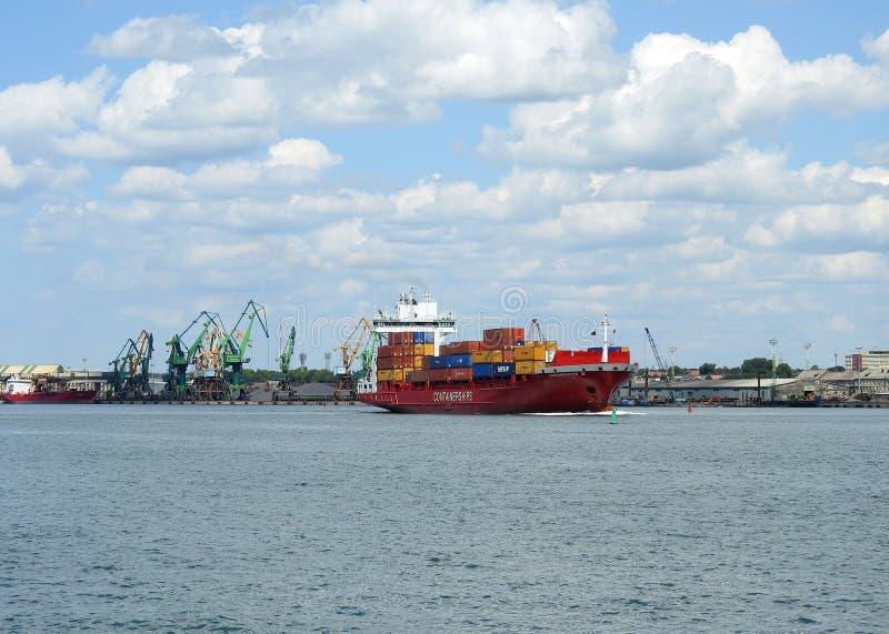 Rotes Frachtschiff - Behälter in Klaipeda-Hafen, Litauen lizenzfreie stockfotos