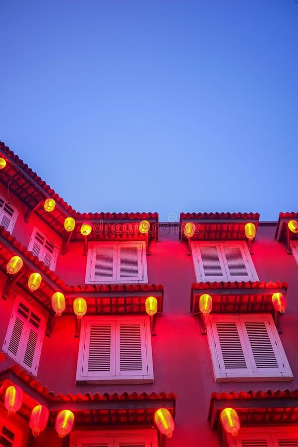 Rotes Gebäude und Laterne während der blauen Stunde lizenzfreie stockbilder