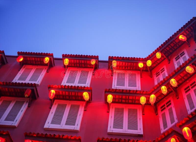 Rotes Gebäude und Laterne während der blauen Stunde stockfoto