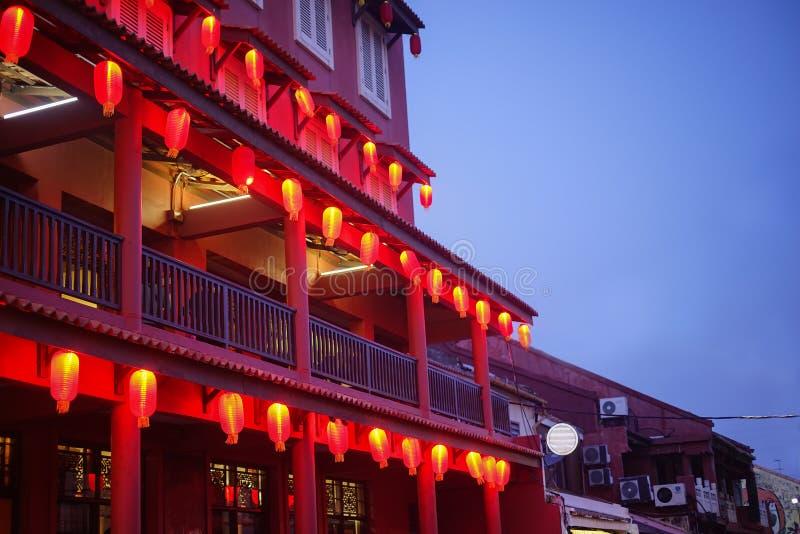 Rotes Gebäude und Laterne während der blauen Stunde stockbilder
