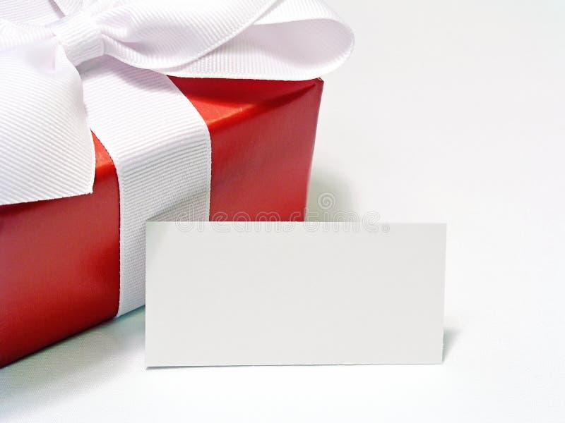 Rotes Geschenk mit Marke stockfotos